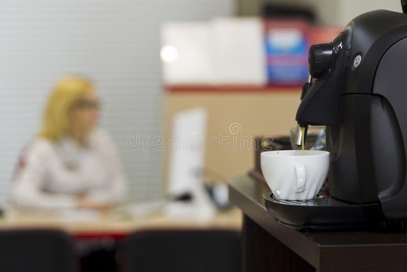 在办公室内部的咖啡机器 库存照片