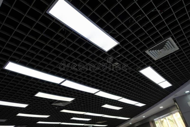 在办公室屋顶的现代被带领的光 免版税库存照片