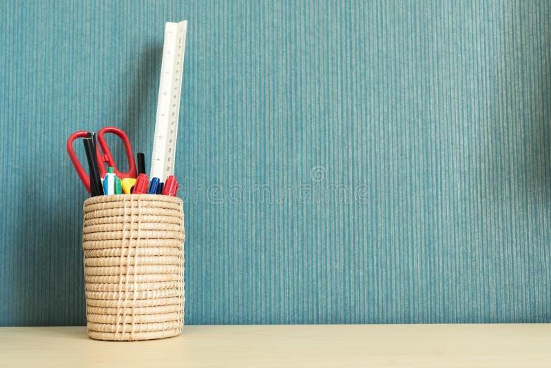 在办公室桌的学校和办公用品与空的空间fo 免版税库存图片