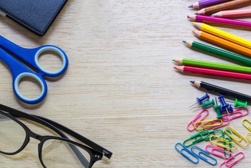 在办公室桌的学校和办公用品 免版税库存图片