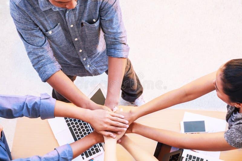 在办公室概念的商人配合会议加入的手,使用想法,图,计算机,片剂,在busines的巧妙的设备 免版税库存照片