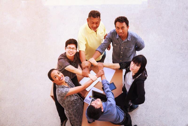 在办公室概念的商人配合会议加入的手,使用想法,图,计算机,片剂,在busines的巧妙的设备 免版税库存图片