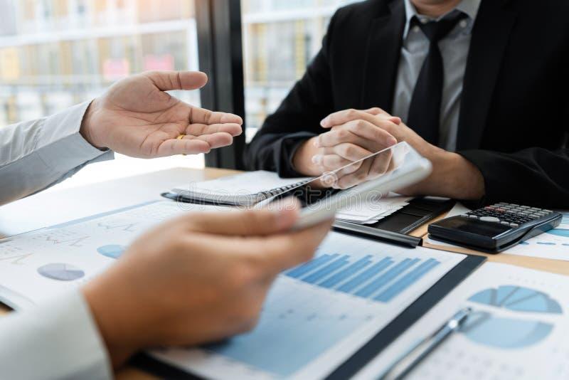 在办公室概念,使用触感衰减器数字片剂的年轻商人谈论在市场或stoc上的情况 免版税图库摄影