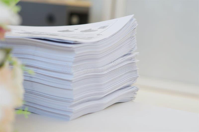 在办公室环境的文书工作 免版税图库摄影