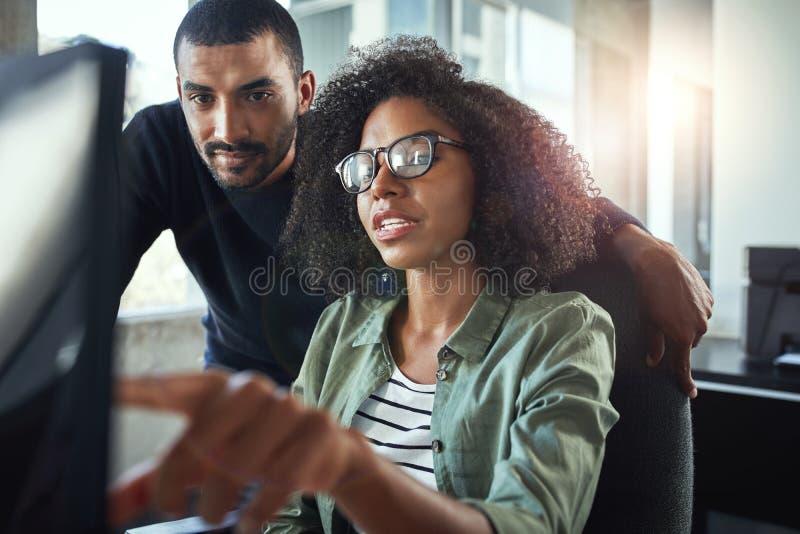 在办公室的两个企业同事 免版税库存照片