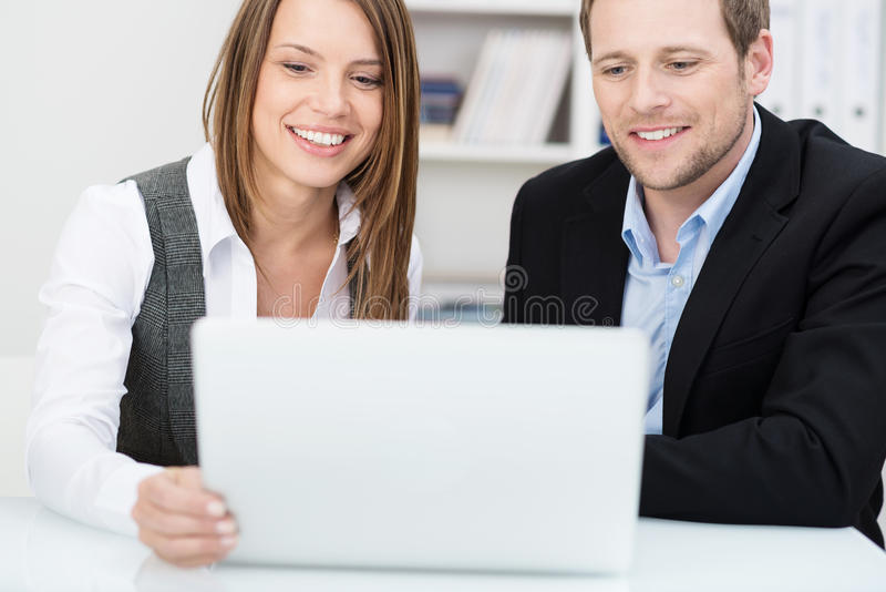 在办公室的两个同事 免版税库存照片