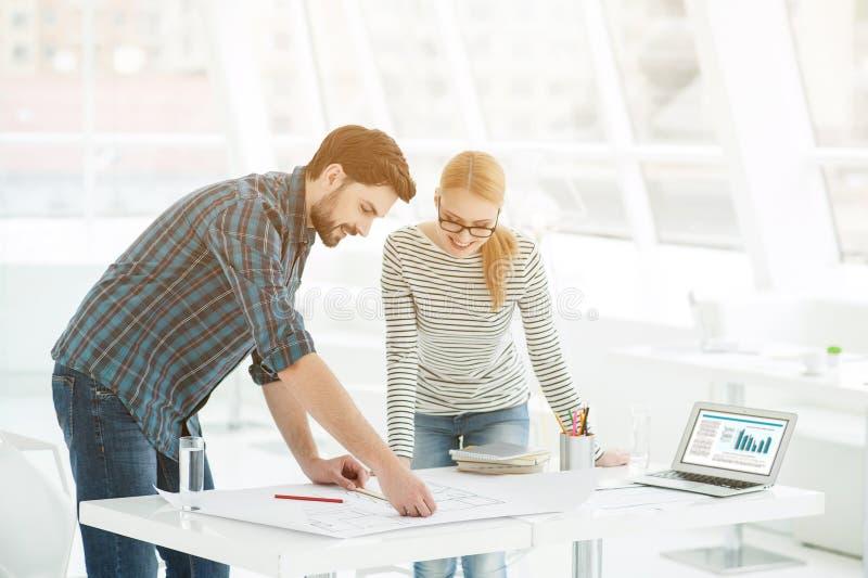 在办公室的两位建筑师 免版税图库摄影