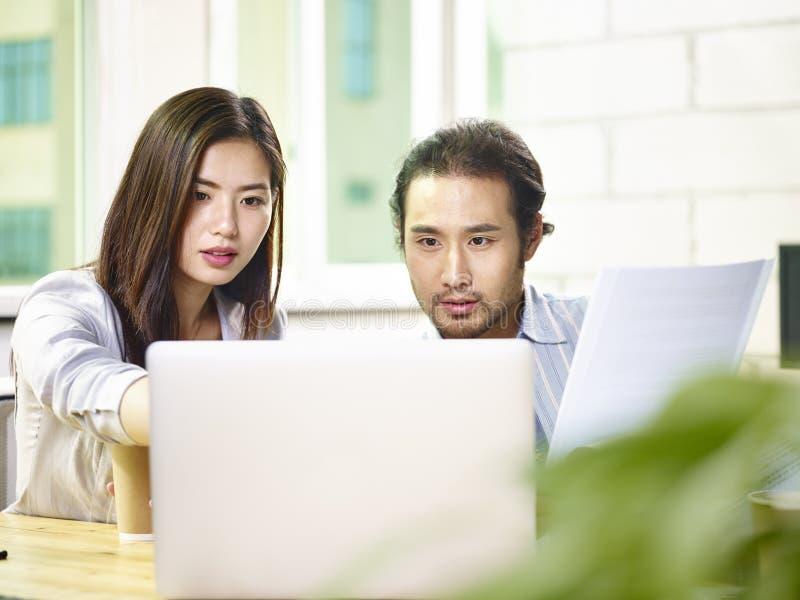 在办公室的亚裔商人 免版税库存图片