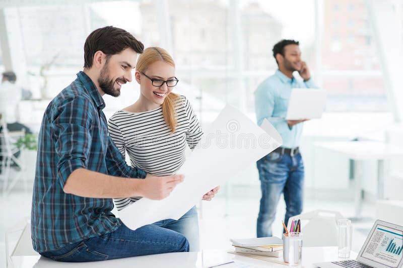 在办公室的建筑师年轻队  免版税库存照片