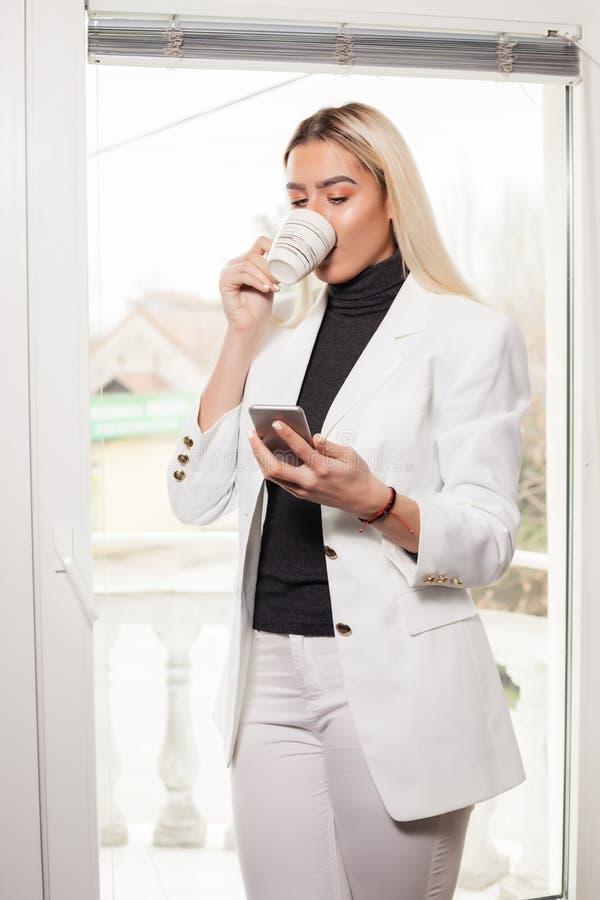 在办公室聊天由手机的妇女 库存图片