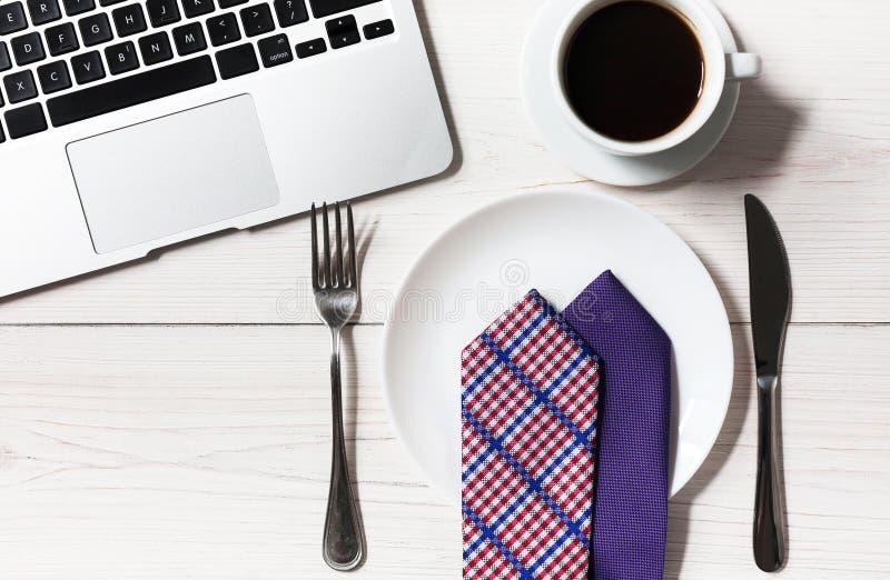 在办公室节食概念,在工作午餐的没有食物 库存照片