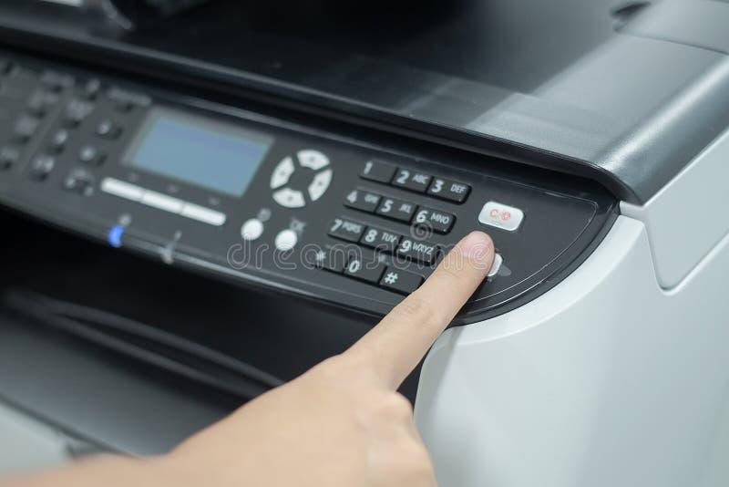 在办公室递在打印机扫描器或激光拷贝机器盘区的按钮  免版税库存照片