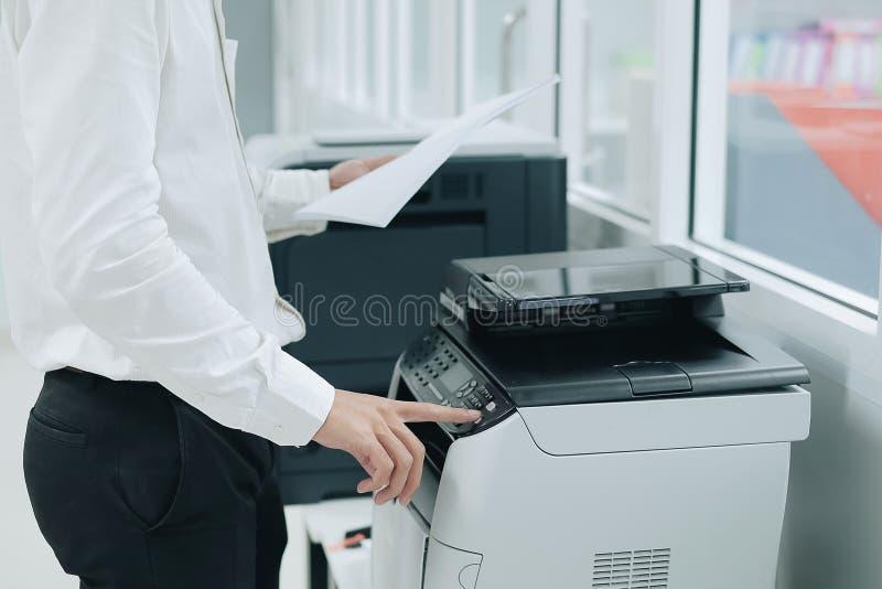 在办公室递在打印机扫描器或激光拷贝机器盘区的按钮  库存照片