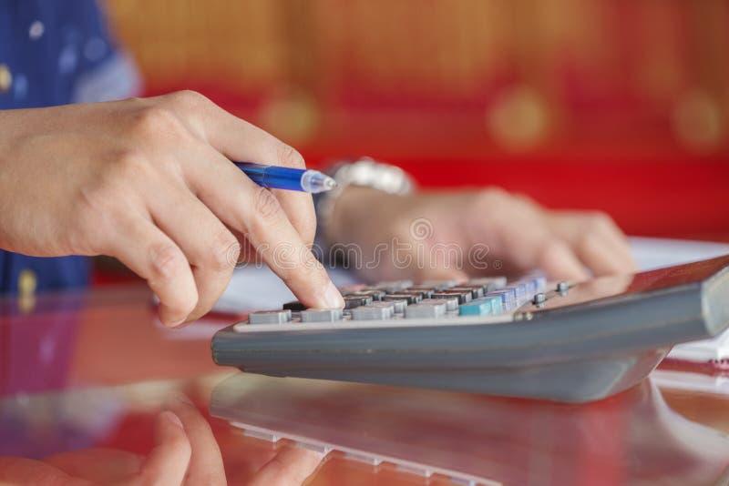 在办公室递文字和计数在计算器 库存图片