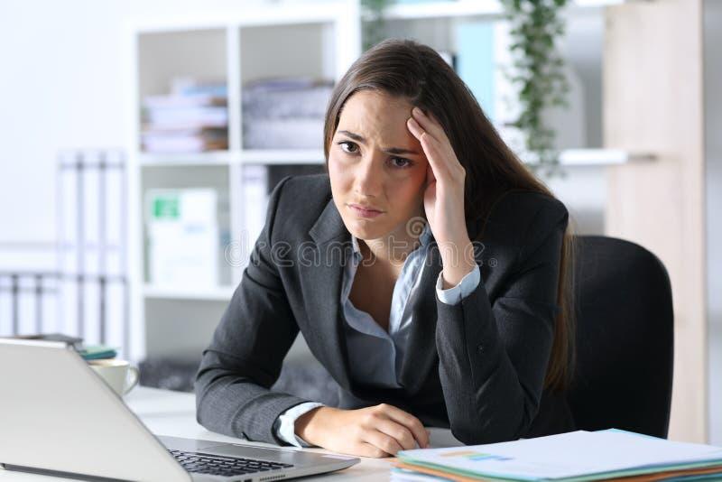 在办公室里看着相机的悲伤高管抱怨 免版税库存图片