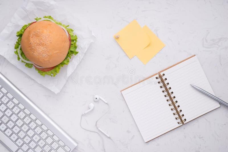 在办公室,在桌上的可口自创汉堡吃午餐 库存照片