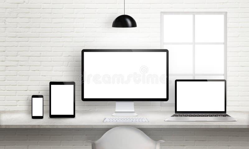在办公桌上的多个设备敏感网站的设计介绍 向量例证