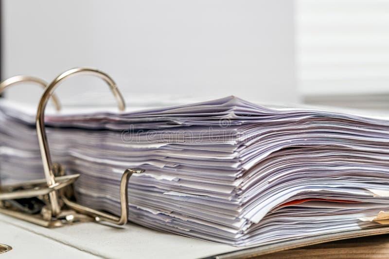 在办公桌上的文件夹 库存照片