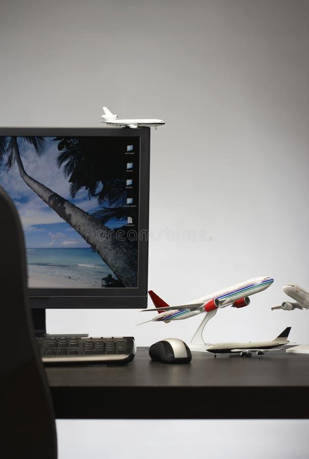 在办公桌上的玩具飞机 库存图片