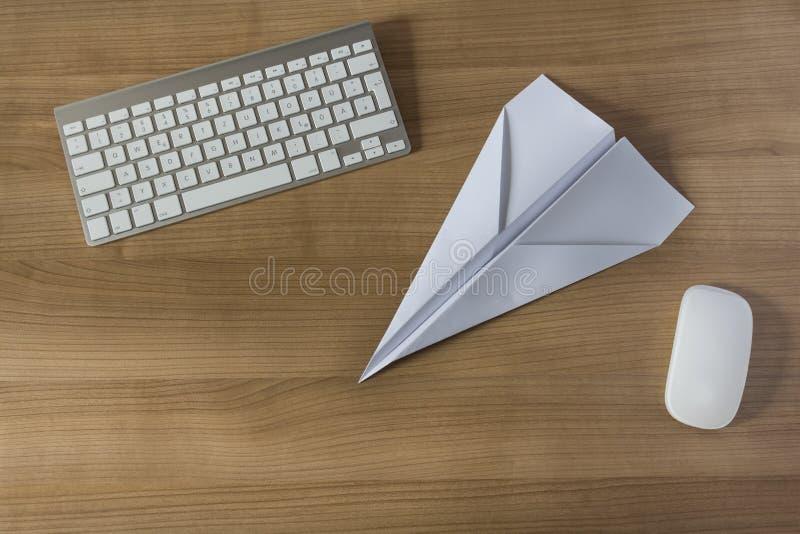 在办公桌上的纸飞机 免版税库存照片