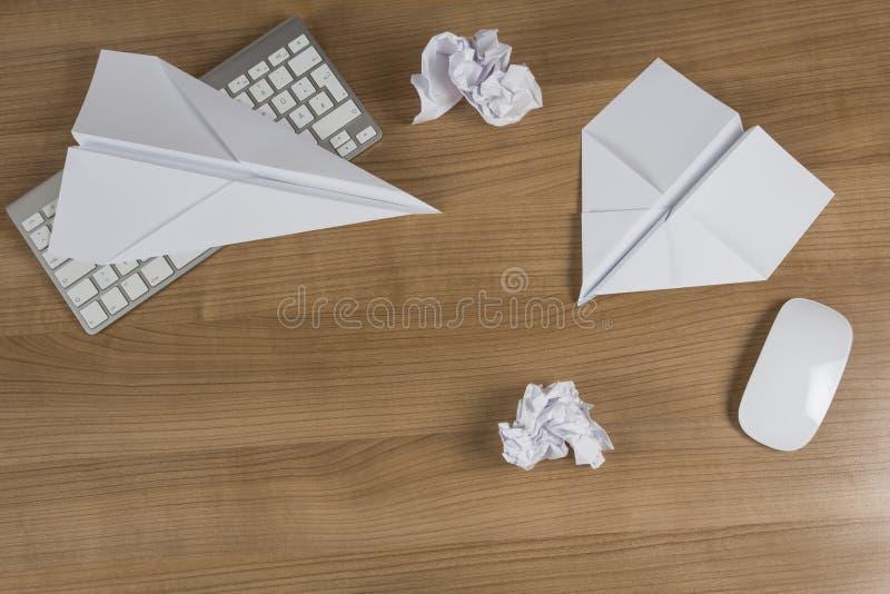 在办公桌上的纸飞机 库存照片