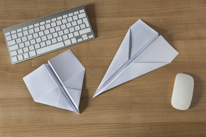 在办公桌上的纸飞机 免版税库存图片