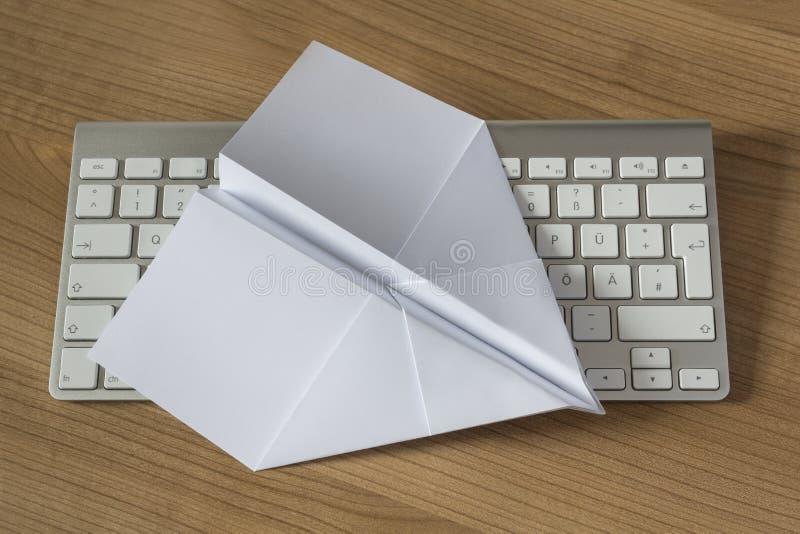 在办公桌上的纸飞机 库存图片