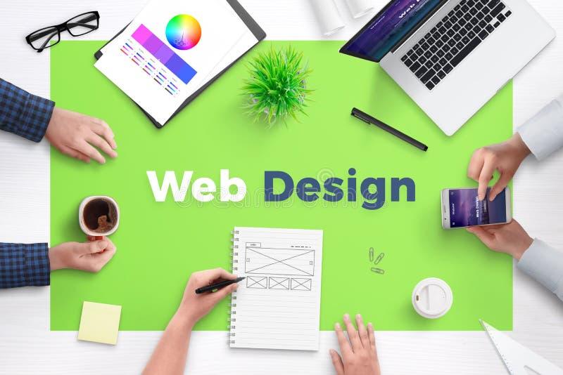 在办公桌上的网络设计文本 网开发小组工作区的概念 免版税库存图片