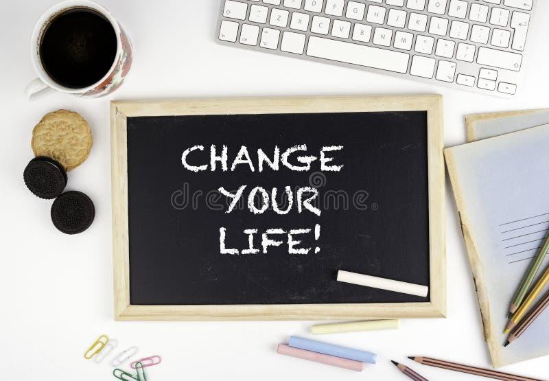 在办公桌上的黑板有文本的:改变您的生活 免版税库存照片