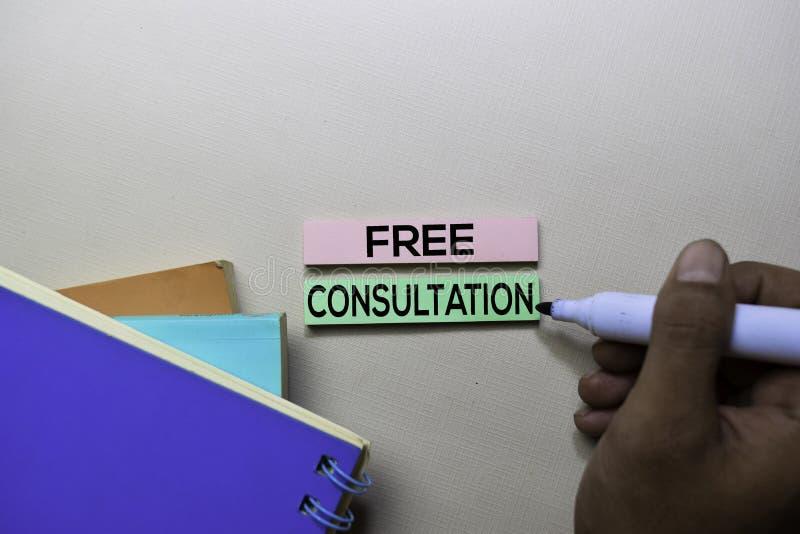 在办公桌上隔绝的稠粘的笔记的免费咨询文本 免版税库存图片