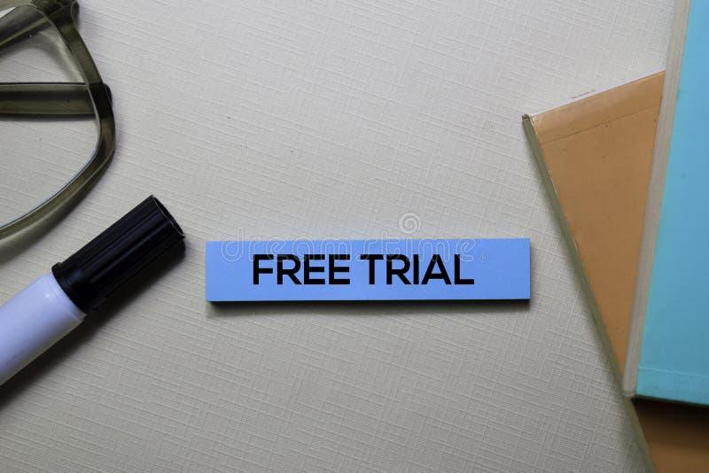 在办公桌上隔绝的稠粘的笔记的免费试用文本 免版税库存图片
