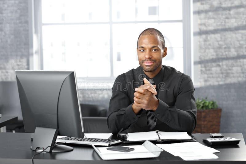 在办公桌的生意人 库存图片