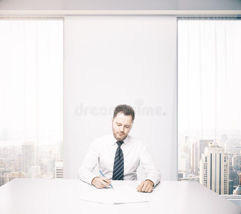 在办公桌的英俊的商人 向量例证