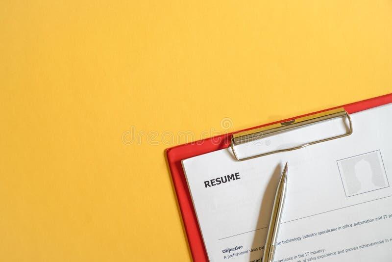 在办公桌顶部的简历 免版税图库摄影