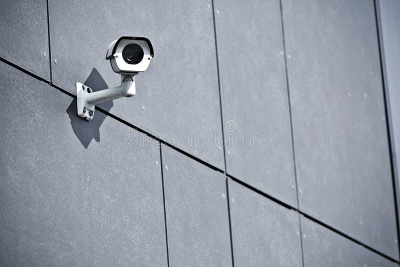 在办公楼的安全监控相机 库存照片