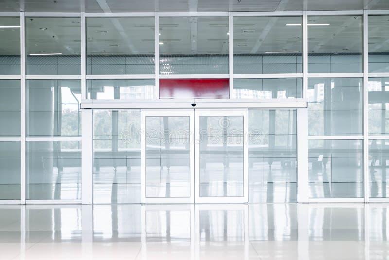 在办公楼的空的玻璃门 图库摄影