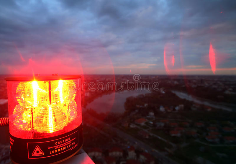 在办公楼顶部的航空器警告灯 免版税库存照片