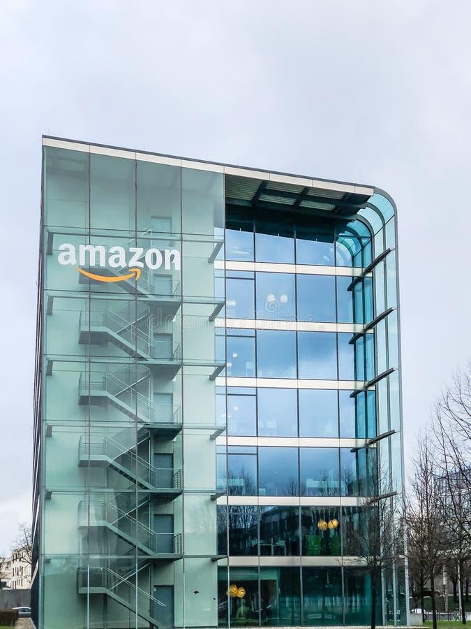 在办公楼,慕尼黑德国的亚马逊商标 库存照片