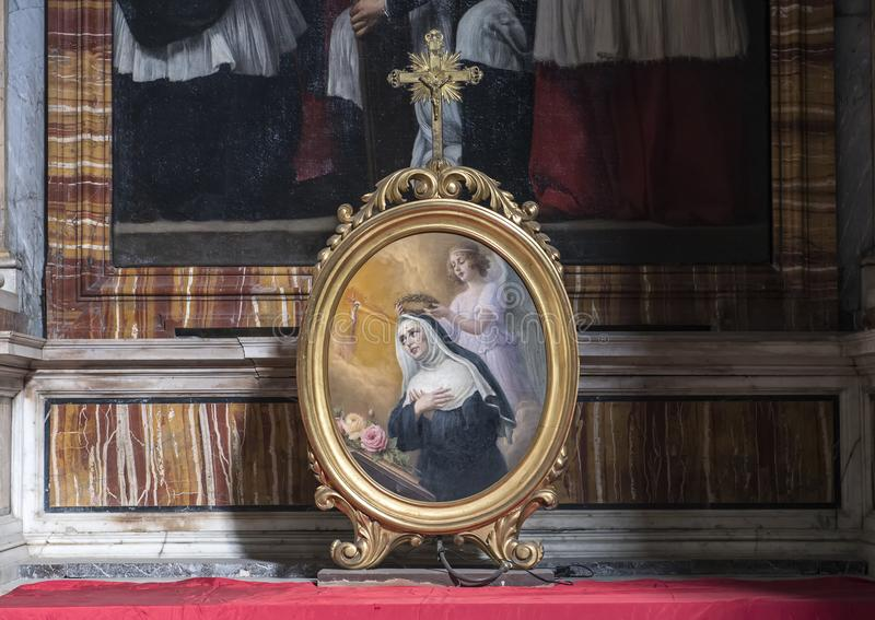 在加冠一个法坛的天使的卵形框架的绘画保佑的维尔京在Lucina,罗马,意大利圣洛伦佐  库存图片