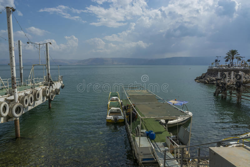 在加利利海的小船提比里亚口岸的 图库摄影