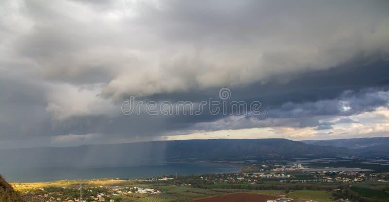 在加利利海,以色列的阵雨自然水源,在与剧烈的黑暗的雨云风景的一个冬日, 库存图片