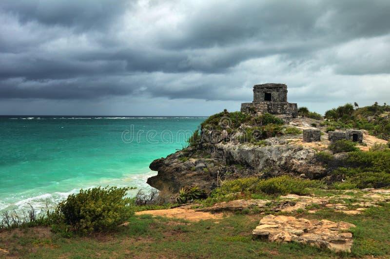 在加勒比海岸的古老城市注意塔在Tulum 免版税图库摄影