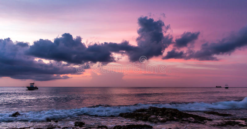 在加勒比海的日落在科苏梅尔,墨西哥 库存照片
