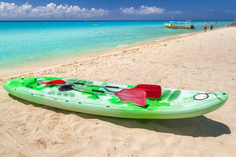 在加勒比海的皮船在普拉亚德尔卡曼,墨西哥 库存照片