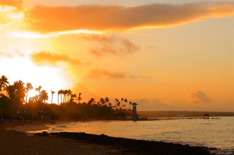 在加勒比海滩的日落与灯塔 图库摄影