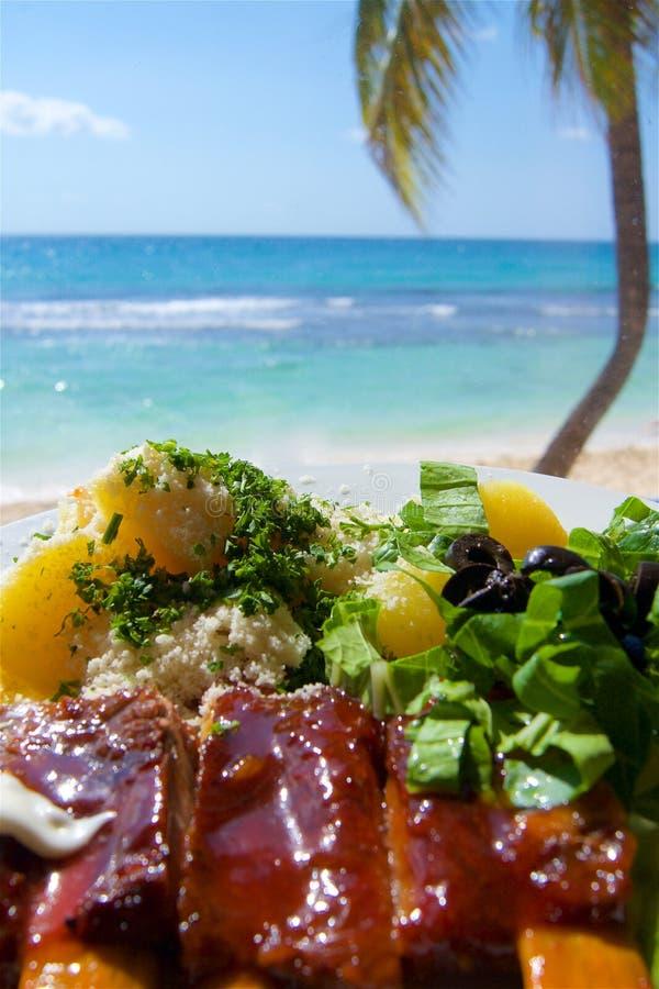 在加勒比海滩的烤肋骨 免版税库存照片