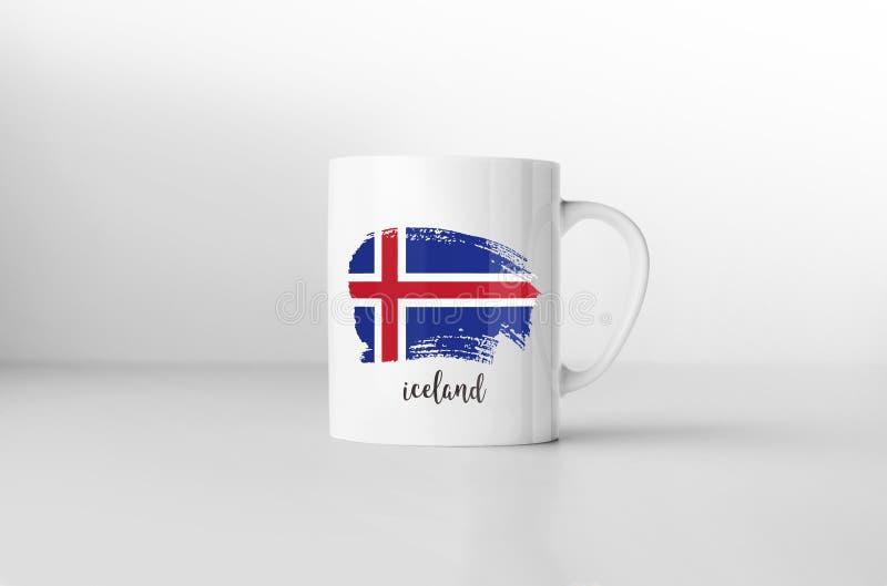在加奶咖啡杯子的冰岛旗子 皇族释放例证