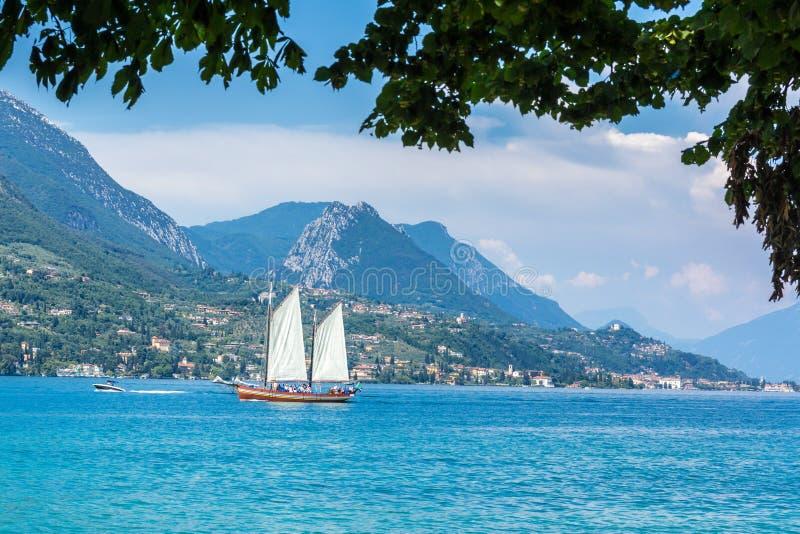 在加尔达湖意大利的帆船有山的在背景中 免版税库存照片