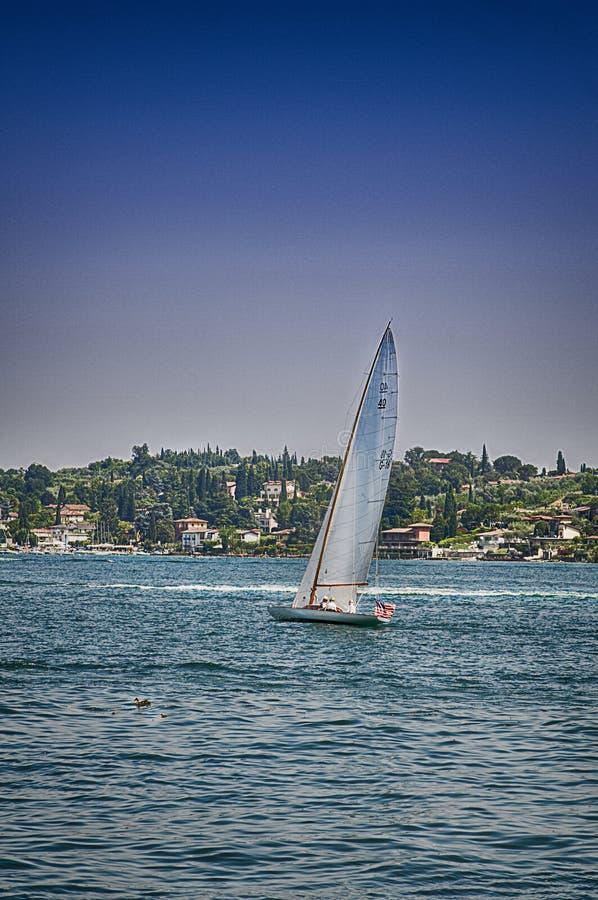 在加尔达湖意大利的帆船 库存照片