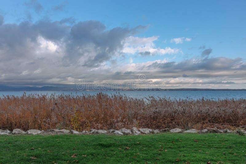 在加尔达湖日落的一个minimalistic风景  免版税图库摄影